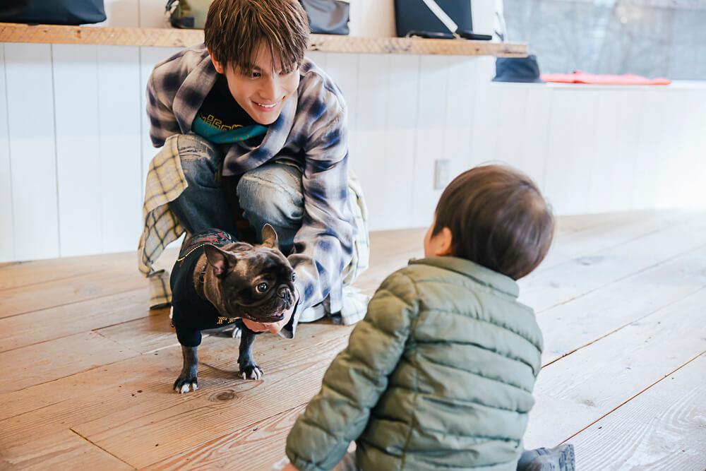 中川大志と愛犬のフレンチブルドッグ